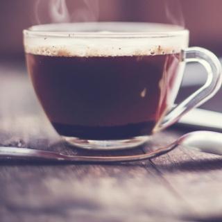 Kaffeetasse und Kaffeebesteck auf dem Tisch